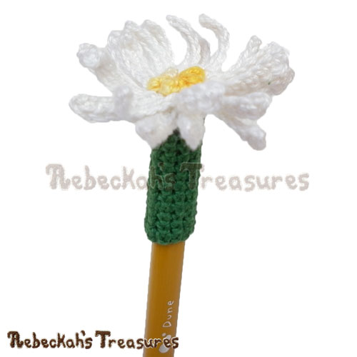 Free Dainty Daisy Pencil Topper / Finger Puppet Crochet Pattern by Rebeckah's Treasures! See it here: http://goo.gl/bL0PXs #daisy #crochet #penciltopper #fingerpuppet